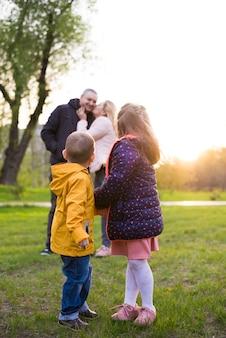 Pais felizes com crianças na natureza