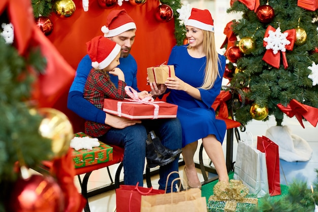 Pais felizes com menina comemorando o natal