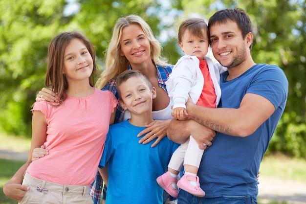 Pais felizes com seus filhos no parque