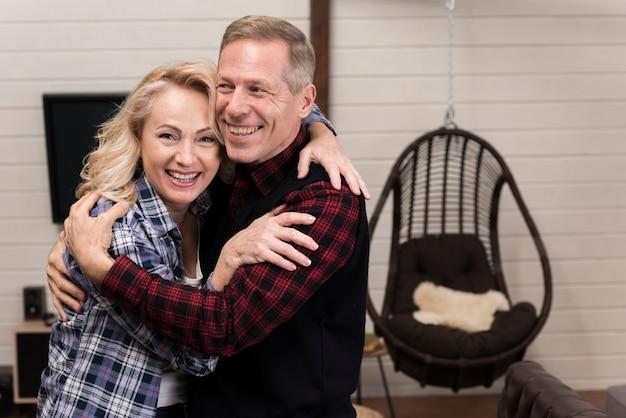 Pais felizes e abraçados posando juntos