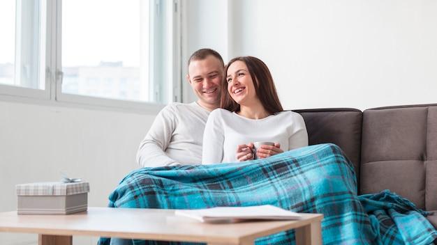Pais felizes relaxando no sofá