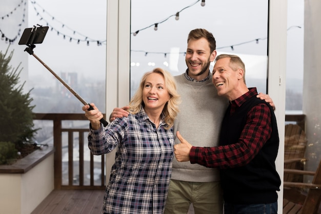 Pais felizes tomando uma selfie com o filho