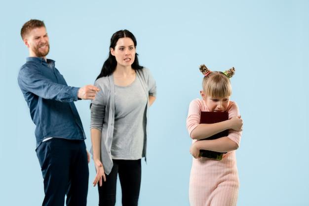 Pais furiosos repreendendo a filha em casa.