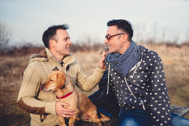 Pais gays com filha e cachorro