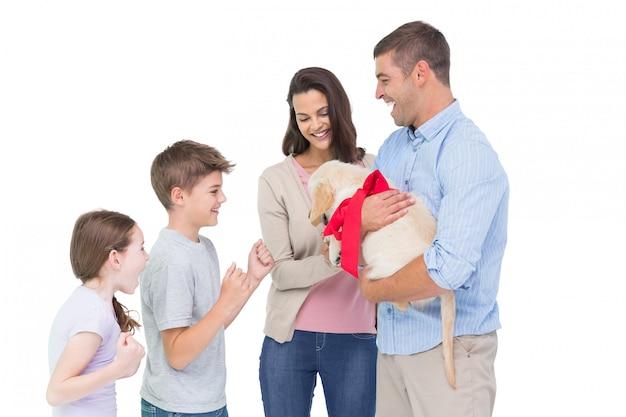 Pais, gifting, filhote cachorro, para, crianças, contra, fundo branco