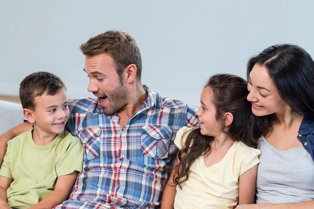Pais interagindo com seus filhos