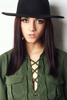 País menina no chapéu e blusa verde, retrato