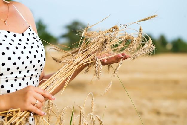 País, natureza, férias de verão, agricultura e conceito de pessoas