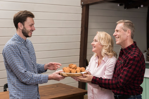 Pais, oferecendo, filho, prato muffins