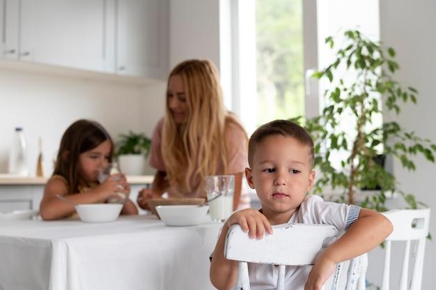 Pais passando tempo de qualidade com seus filhos