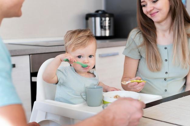 Pais perto de criança comendo