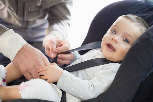 Pais, protegendo o bebê na cadeirinha