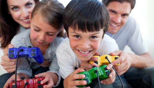 Pais que jogam videogames com seus filhos