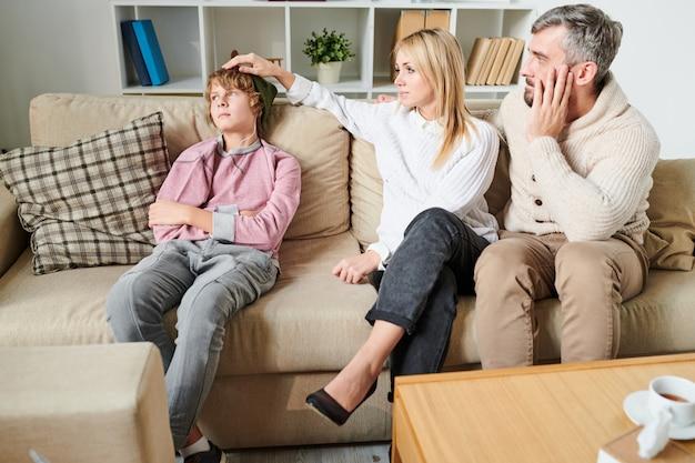 Pais se preocupando com o filho adolescente