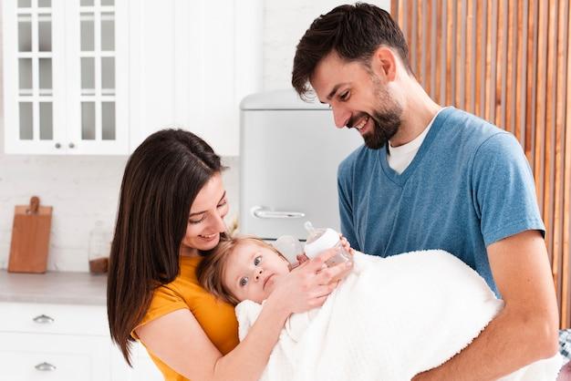Pais segurando o bebê no cobertor