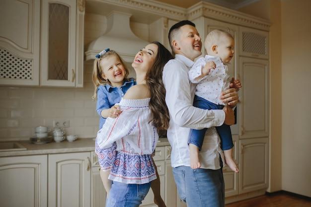 Pais sorridentes com crianças felizes