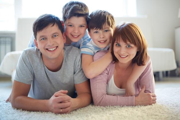 Pais, sorrindo com seus filhos Foto gratuita