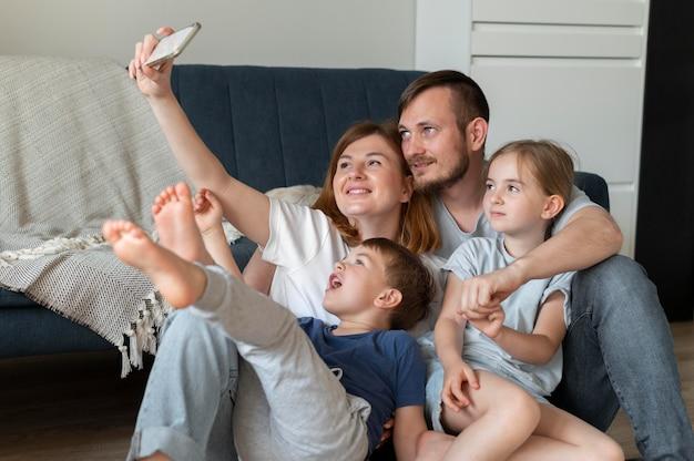 Pais tirando uma selfie com seus filhos