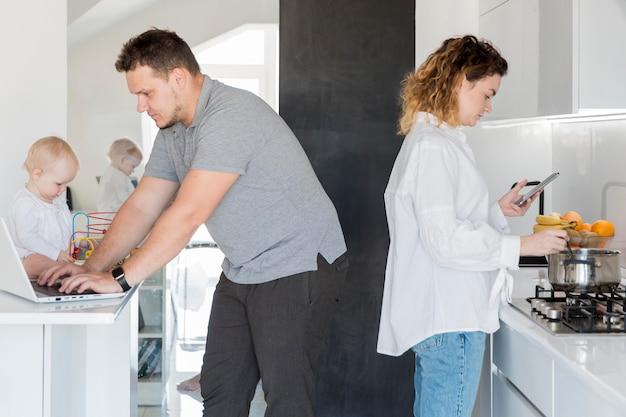 Pais trabalhando dentro de casa