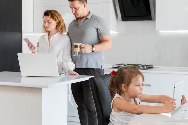 Pais trabalhando em casa