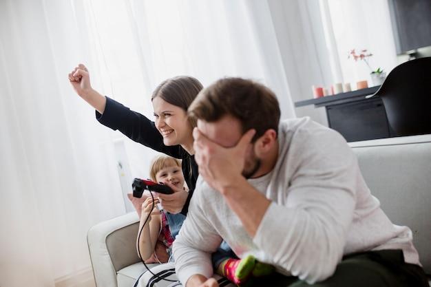 Pais, videogame jogando, ligado, sofá