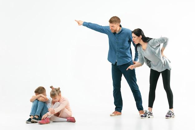 Pais zangados repreendendo os filhos