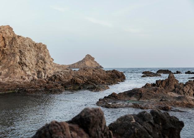 Paisagem à beira-mar com pedras
