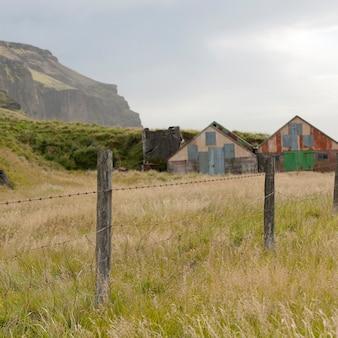 Paisagem, abandonado, celeiros, em, cercado, pastureland, abaixo, montanha, penhasco