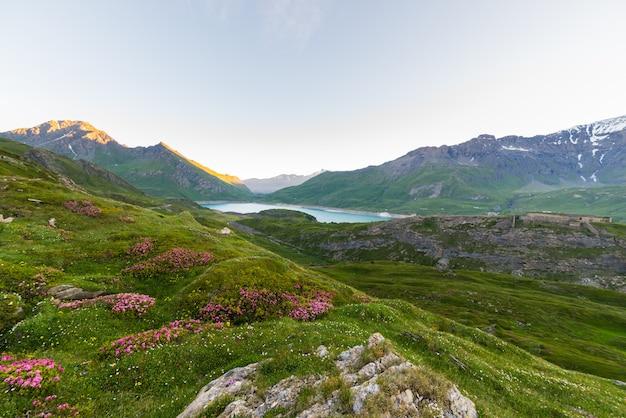 Paisagem alpina ao nascer do sol em alta altitude