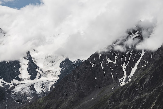 Paisagem alpina atmosférica com enorme geleira suspensa na montanha gigante