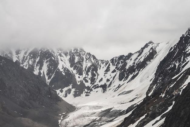 Paisagem alpina atmosférica e minimalista com uma grande montanha nevada e uma enorme geleira