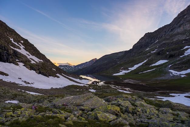 Paisagem alpina de alta altitude ao pôr do sol