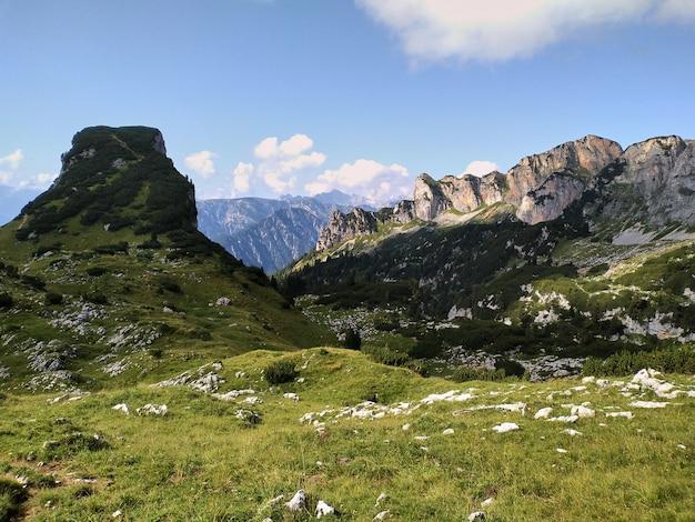 Paisagem alpina nas montanhas rofan no verão