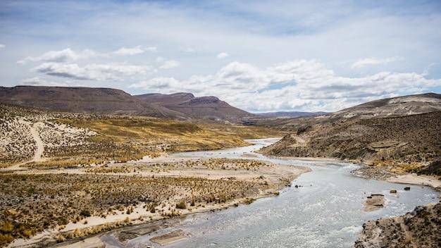 Paisagem andina de alta altitude com céu dramático