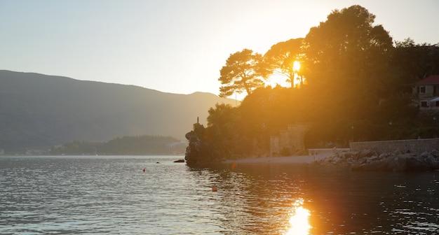 Paisagem ao pôr do sol, baía de kotor, montenegro