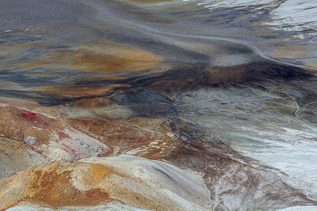 Paisagem apocalíptica como um planeta superfície de marte. superfície terrestre preta marrom-avermelhada solidificada. terra estéril, rachada e queimada.