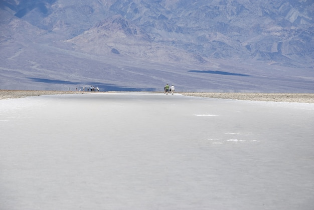 Paisagem árida do deserto do lago salgado em badwater basin, parque nacional do vale da morte