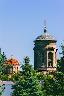 Paisagem arquitetônica com torres e cúpulas de uma antiga igreja bizantina em kerch