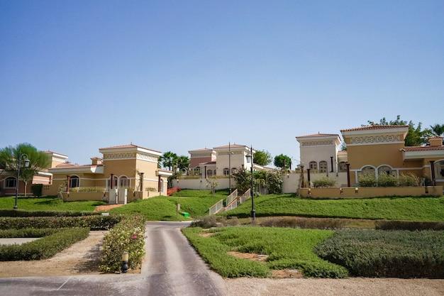 Paisagem arquitetônica com villas do país em abu dhabi. arquitetura clássica árabe.