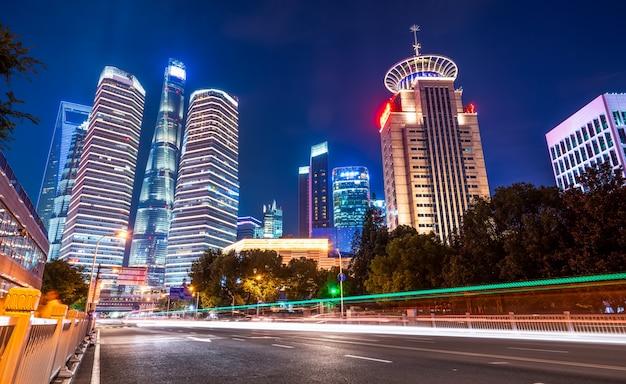 Paisagem arquitetônica da paisagem noturna urbana em xangai
