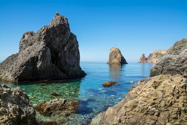 Paisagem atemporal com penhascos íngremes, mar azul claro da península da crimeia.