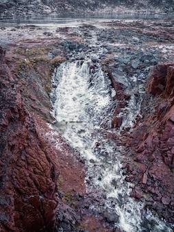 Paisagem atmosférica minimalista do ártico com uma geleira suspensa no topo de uma montanha rochosa