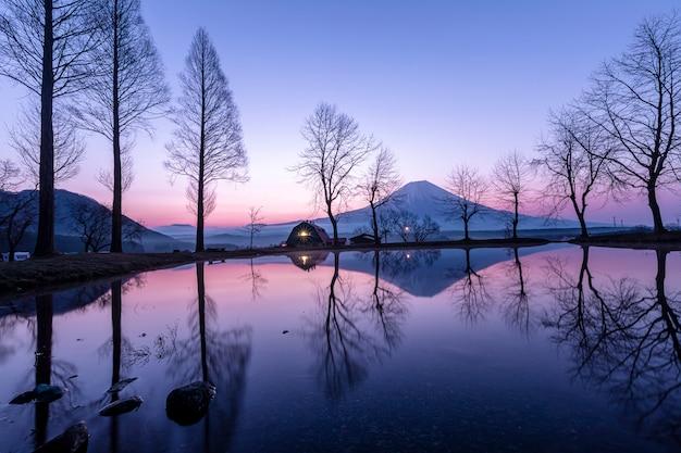Paisagem azul céu fumoto para terra de acampamento e fuji montanha com reflexão de árvore
