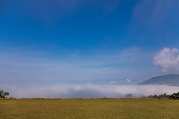 Paisagem bela vista mar de névoa no topo da montanha
