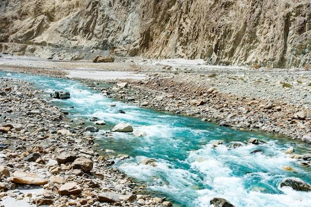 Paisagem bonita da montanha do vale de turtuk e do rio de shyok.
