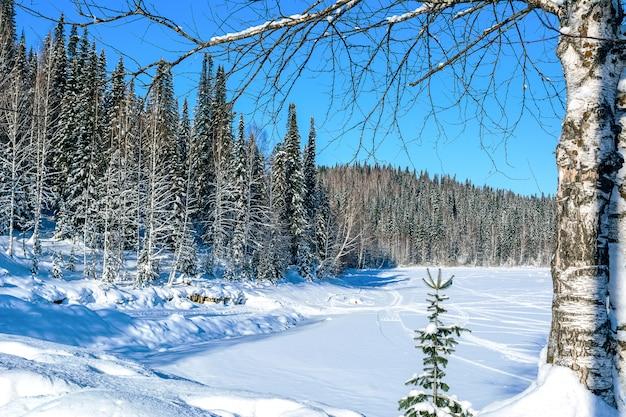 Paisagem bonita do inverno com pista de esqui no lago congelado