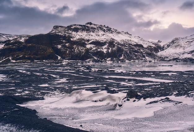 Paisagem bonita do inverno da geleira myrdalsjokull durante o natal na costa sul da islândia, europa