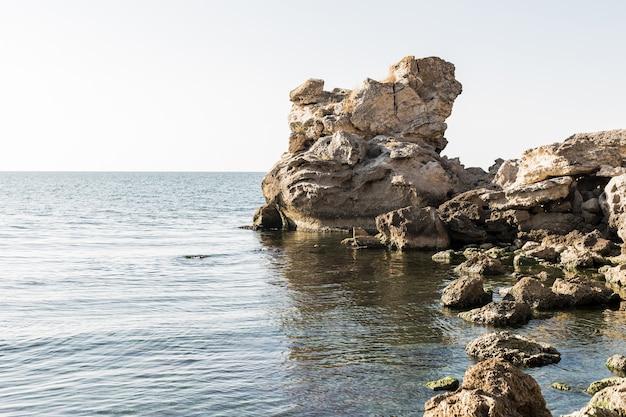 Paisagem bonita do oceano com pedras
