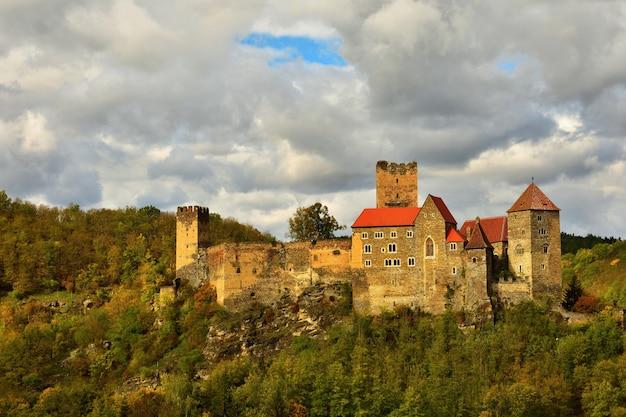 Paisagem bonita do outono em áustria com um castelo velho agradável de hardegg.