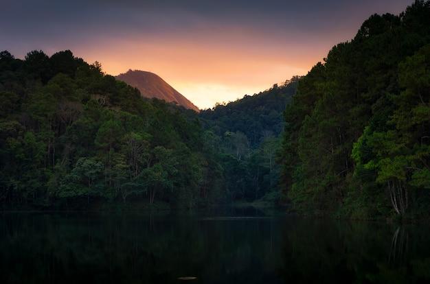 Paisagem bonita do por do sol, pang oung lake.